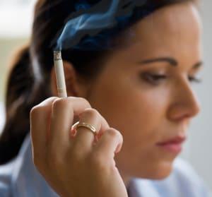 Rauchende Frau mit einer Zigarette
